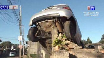 La mujer de 26 años, cuya identidad no fue dada a conocer, viajaba a bordo de su automóvil de la marca Toyota, modelo IST, cuando aparentemente quedó dormida al volante y chocó contra un muro en la calle Rosario, del barrio Bella Vista, en la ciudad de Luque.