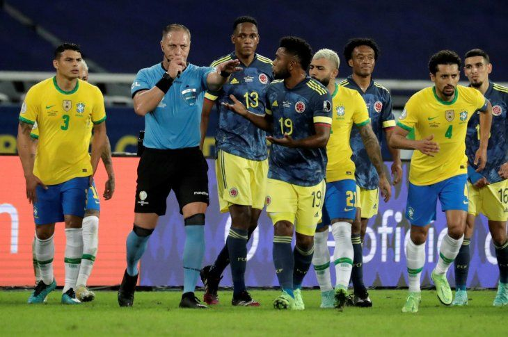 Brasil consiguió el empate con Colombia en una discutida jugada en la que Néstor Pitana validó