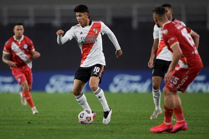 Jorge Carrascal de River Plate en acción contra Argentinos Juniors.