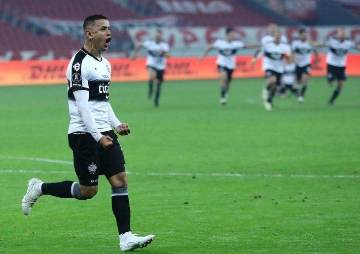 Derlis González festeja la clasificación de Olimpia a cuartos.