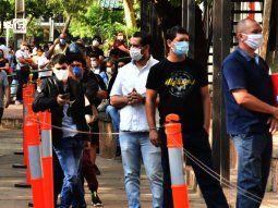 Centenares de  personas se agolparon frente a Identificaciones de la Policía Nacional con el apremio de realizar trámites de antecedentes y renovaciones.