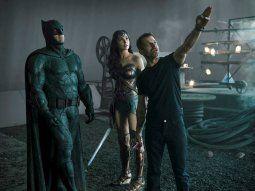 Ben Affleck (i), como Batman, y Gal Gadot (c), como Wonder Woman,  escuchan al director Zack Snyder (d) durante el rodaje de la película Justice League que llegará a HBO Max el 18 de marzo.