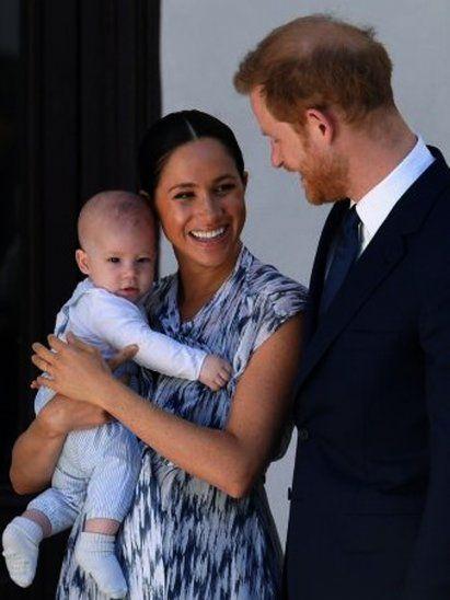 La reina Isabel II del Reino Unido felicitó este jueves por su segundo cumpleaños a su bisnieto Archie