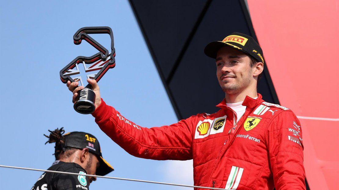El piloto monegasco de Fórmula Uno Charles Leclerc (R) de la Scuderia Ferrari Mission Winnow celebra en el podio después de haber obtenido la segunda posición durante el Gran Premio de Fórmula Uno de Gran Bretaña