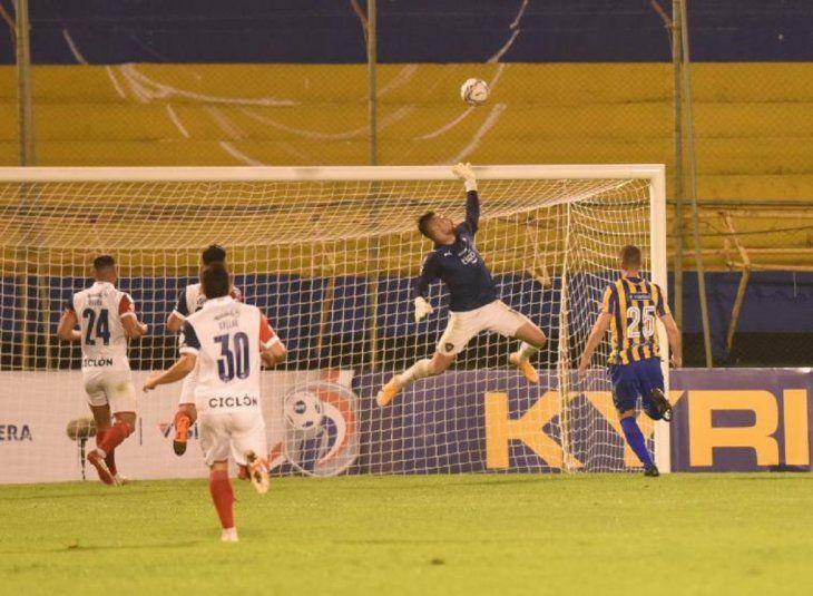 Jean saca una pelota de gol a un jugador de Sportivo Luqueño.
