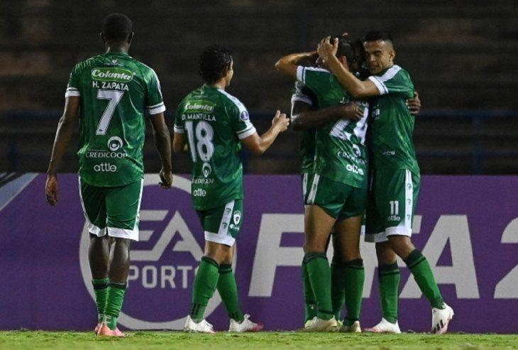 Jugadores de La Equidad celebran un gol del equipo.