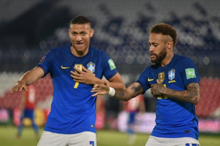 Jugadores de Brasil celebran un gol ante Paraguay.