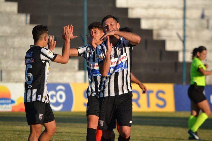 Jugadores de Santaní celebran un gol.