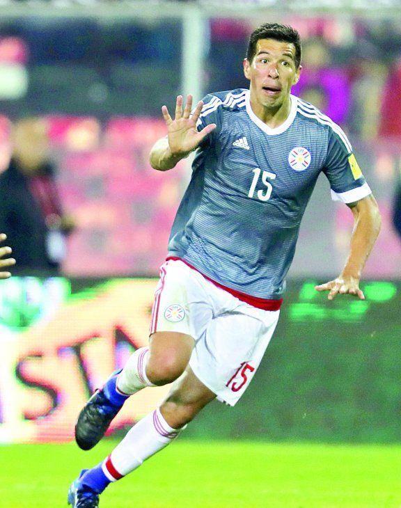 Contundente. Víctor Topo Cáceres anotó en la última goleada de Paraguay ante Chile.